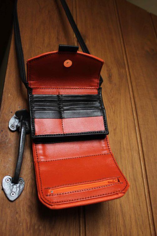 sac à main orange à porter en bandoulière, compact et léger
